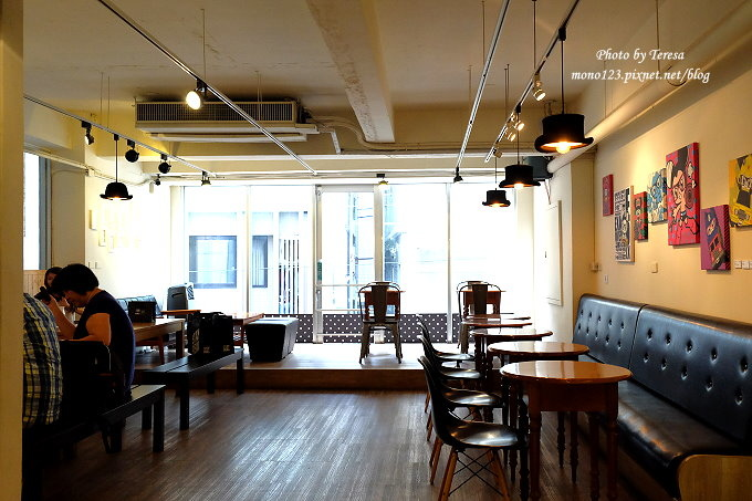 台中北區︱STAYREAL Cafe@一中店.五月天阿信所經營的潮牌店,一樓是服飾店,二樓是咖啡館