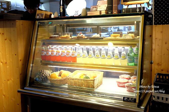 1485181544 3775782959 - 台中北區︱STAYREAL Cafe@一中店.五月天阿信所經營的潮牌店,一樓是服飾店,二樓是咖啡館