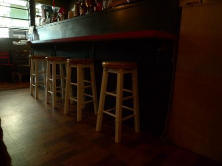 紅色的吧檯桌 乖乖牌好的圓木椅