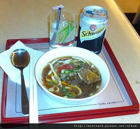 離台前趕緊在華航貴賓室吃碗牛肉麵.JPG