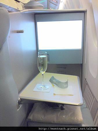 pre-take off drink一定先來杯香檳 (AUH-BKK).JPG