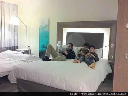 我們睡了一個處女..........的房間