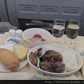 華航商務艙- 竟然前菜主菜麵包一起上