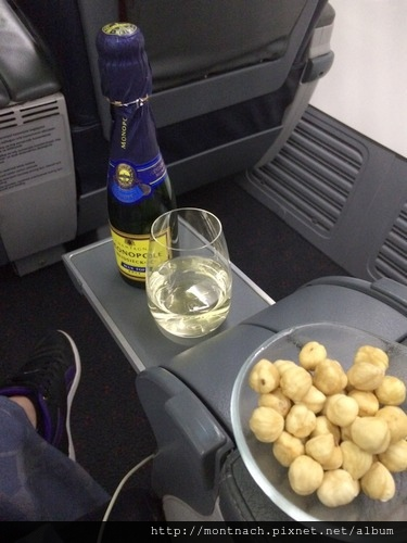 on ground時親切的空服員端來第一瓶香檳 (IST-LYS)