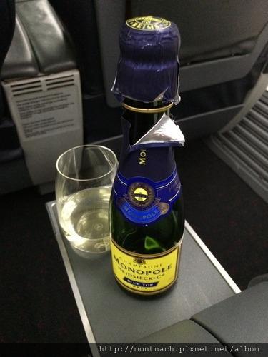 一直沒有起飛所以又喝了第二瓶小香檳