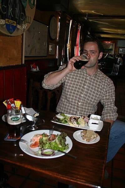 參加Wicklow tour半途自費的午餐(餐餐都喝啤酒).jpg
