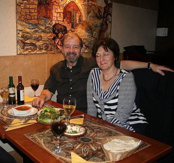 與老公的愛爾蘭籍同事Rob夫婦在黎巴嫩餐廳相談甚歡.jpg