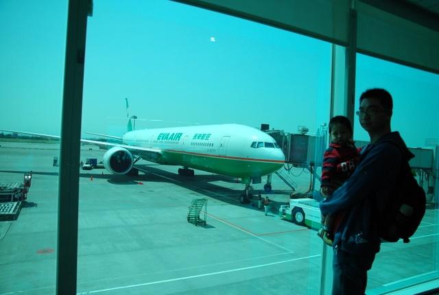 跟第一次要坐的飛機合照