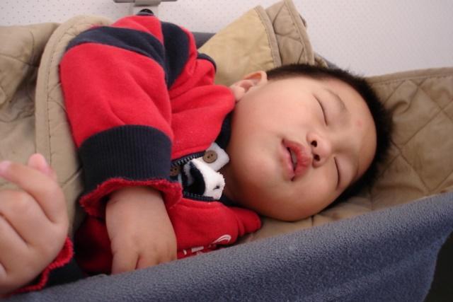 大寶一上飛機我就餵他喝奶,起飛他也沒有不舒服,跟我快要玩瘋了~之後拍拍就睡著了!