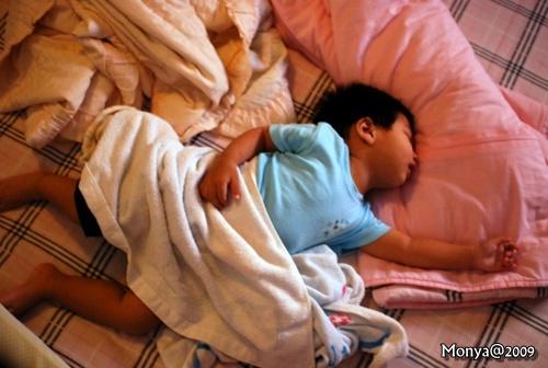 0611 晚上10點多已經睡著的大寶~呈現超人睡姿!