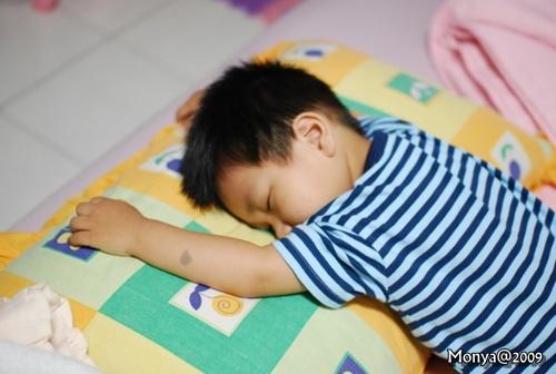 這小子可能白天玩太累了,居然這樣就睡著了!