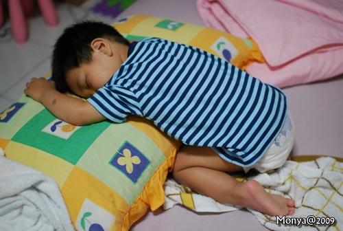 不過他這樣睡了食五分鐘後,突然哇哇大較大哭~我們猜想~他腳麻了啦!哈哈