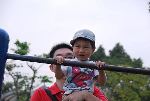爸爸加油~要舉高一點啊!
