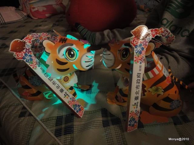 兩隻紙雕小老虎燈籠