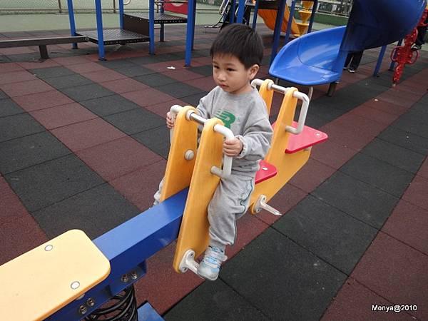 但這小子一定要去公園玩~