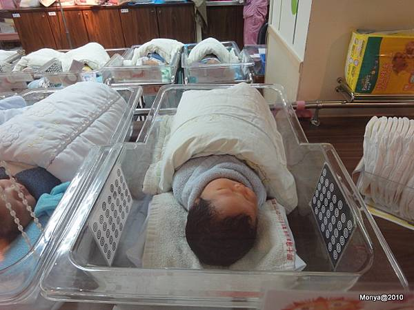 睡在嬰兒室裡