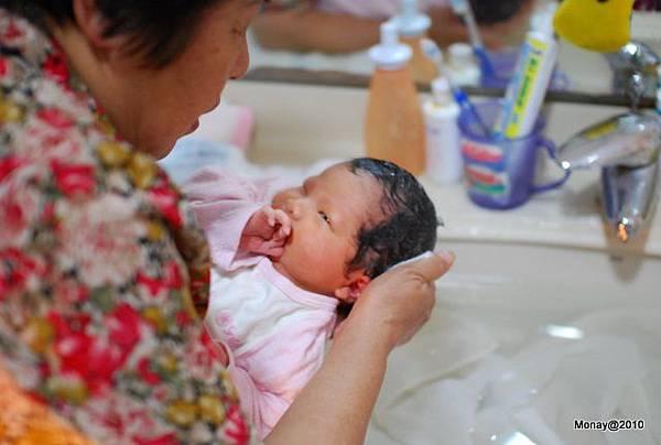 寶妹洗頭不會哭ㄟ~跟大寶不一樣!