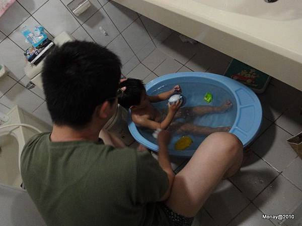 難得把拔幫大寶洗澡啊!