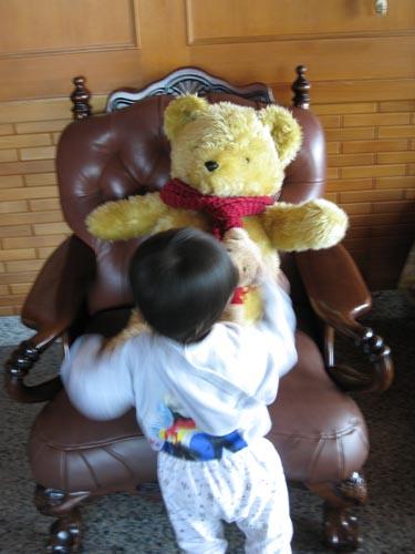 熊熊被小孩黏