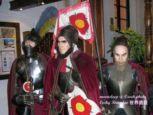 剛進旅館就被栩栩如生的中古騎士蠟像嚇一跳