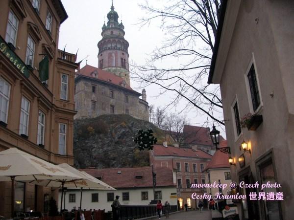 從平民區街道仰望庫倫洛夫城堡區的鐘樓
