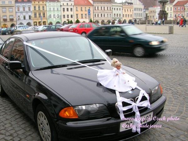 巧遇婚禮進行,車頭綁著蕾絲和白紗娃娃
