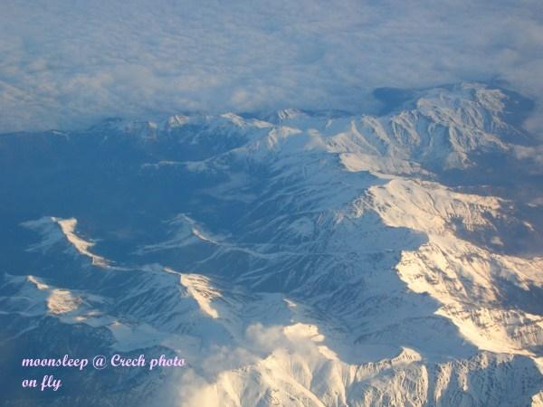 在飛機內往下看歐洲山脈
