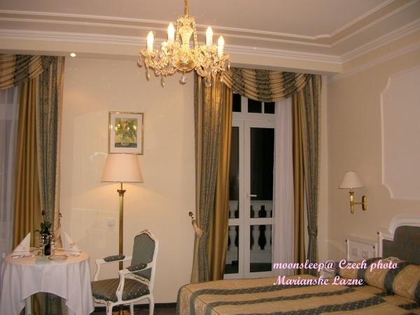 Esplanade Hotel的雙人房,水晶吊燈閃著璀璨光芒