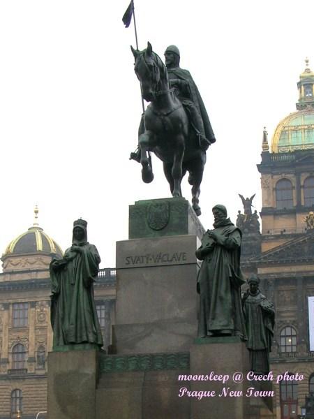 位於國家博物館前方,Vaclavske雕像