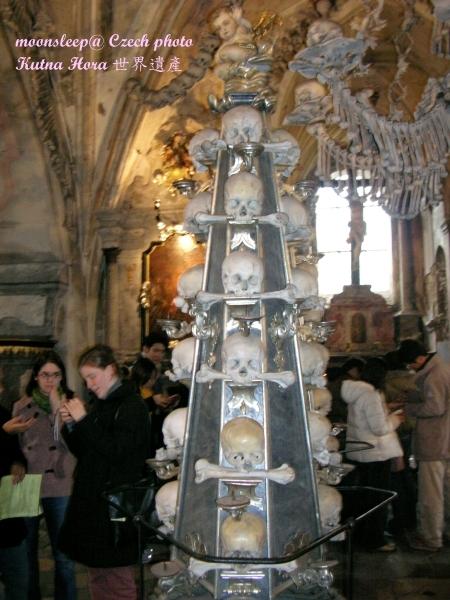 人骨教堂─人骨燈柱