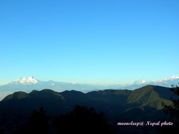 遠眺喜馬拉雅山脈,左邊山峰異常陡峭,右邊山峰白雪厚實