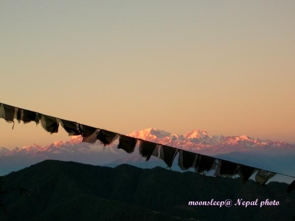 黃昏的喜馬拉雅山脈,閃著橘紅色的光芒