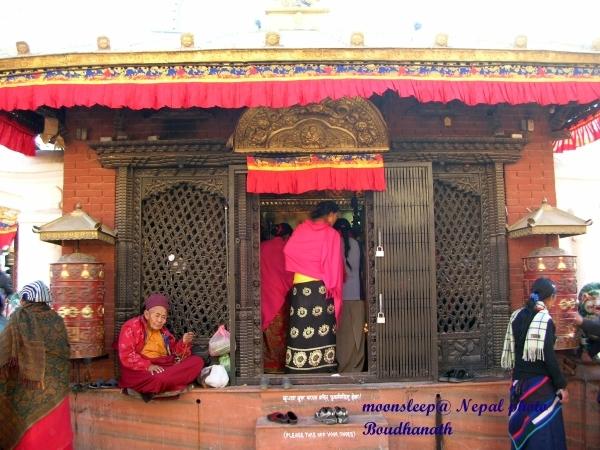 博達塔最下層正面有一間約莫2公尺寬的小佛殿