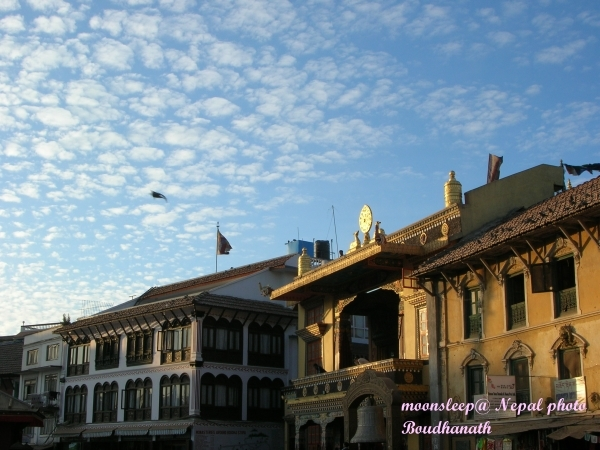博達塔四周商家眾多,左側是一家高級旅館