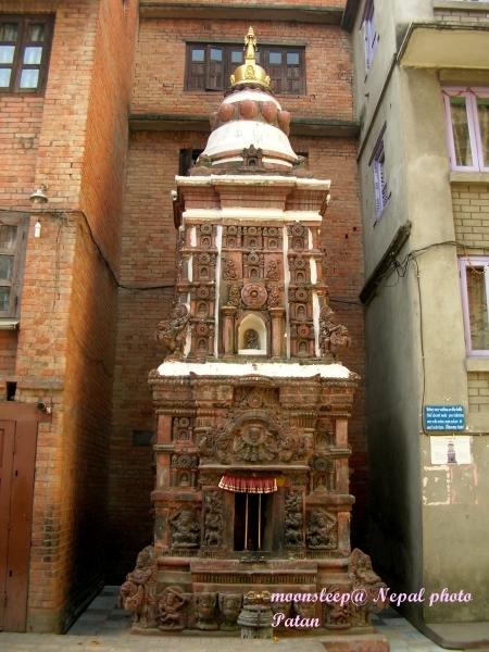 將1934年大地震損壞紅磚一部份拿來改建為小佛塔