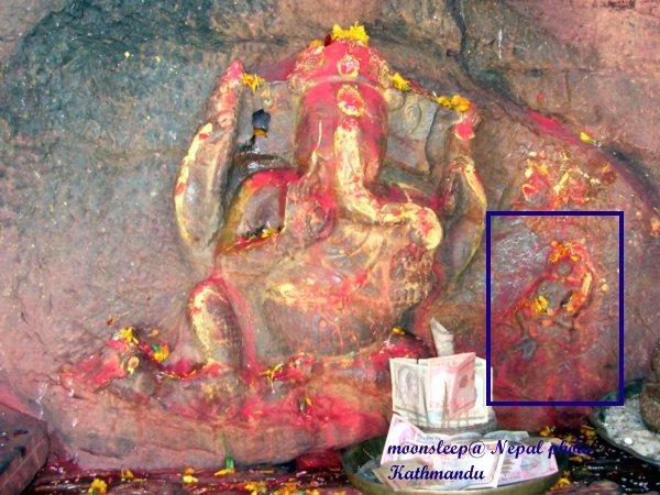 雕刻著象神Ganesh的石頭右下方化現綠度母像