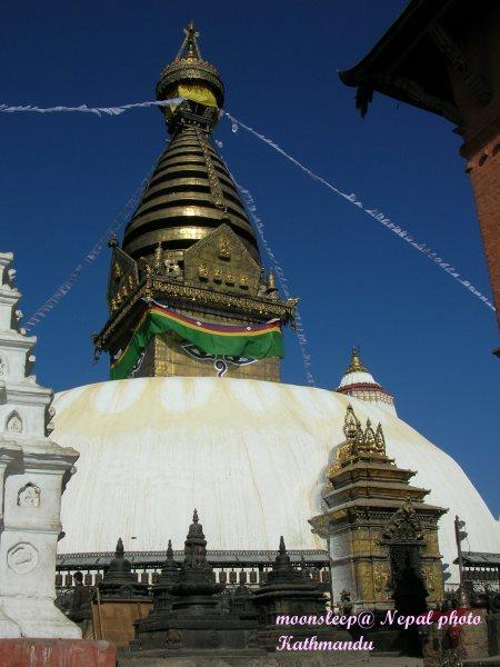 蘇瓦揚布拿塔(四眼天神寺廟)與博達的四眼寺廟傘蓋不同