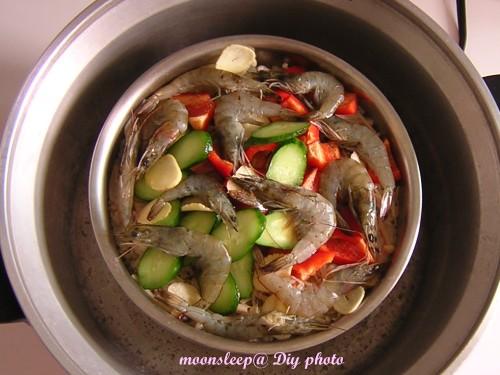 第一次電鍋開關跳起,放下海鮮及小黃瓜、青椒、大蒜片,再按下開關蒸10分鐘
