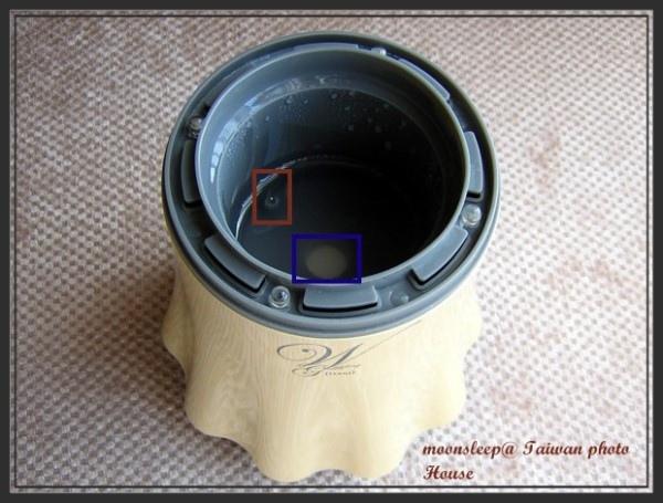 內部採用震動片(藍色框框),還有水位偵測裝置(咖啡色框框),水位過低便停止噴霧,可防止空燒