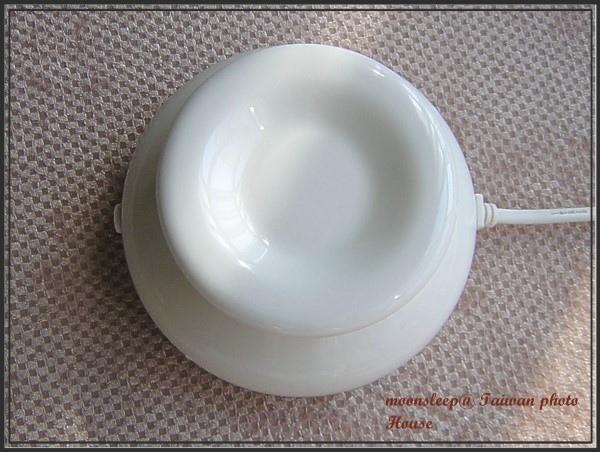 乳白色插電式淺盤擴香石(正面),凹槽處不需要裝水