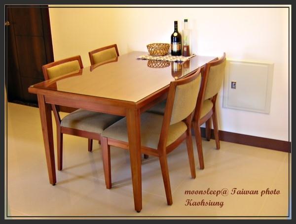 購自家健傢俱的桃花心木餐桌(一桌四椅)