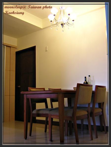 充滿溫馨的餐廳,玻璃吊燈+實木餐桌