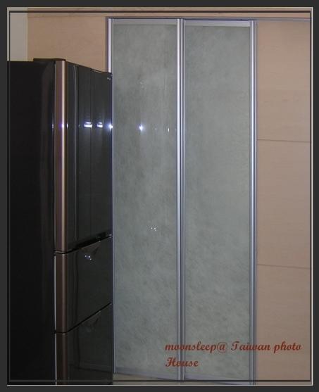 膠合玻璃門片,兩片玻璃間夾了宣紙