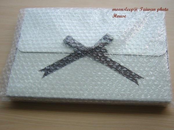 相片書(數位印刷相本寫真書)包裝很精緻,含緞帶、紙盒及泡棉