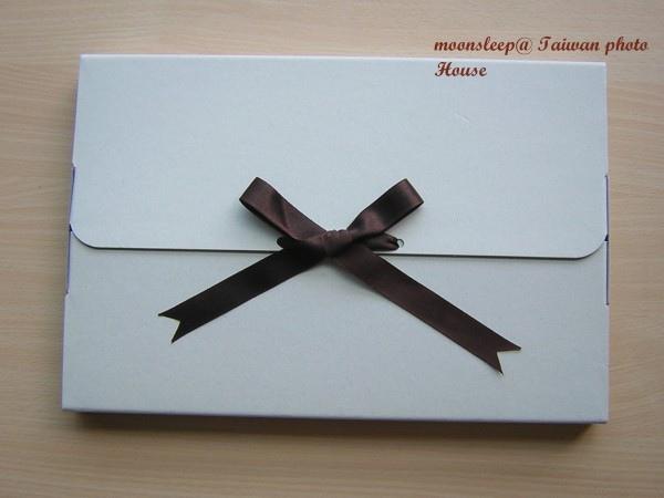 相片書(數位印刷相本寫真書)紙盒+緞帶包裝的感覺很不錯,送禮自用皆相宜