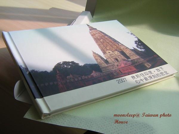 相片書(數位印刷相本寫真書)正面美工,滿版精裝包含了封殼 + 扉頁 + 封面上膜