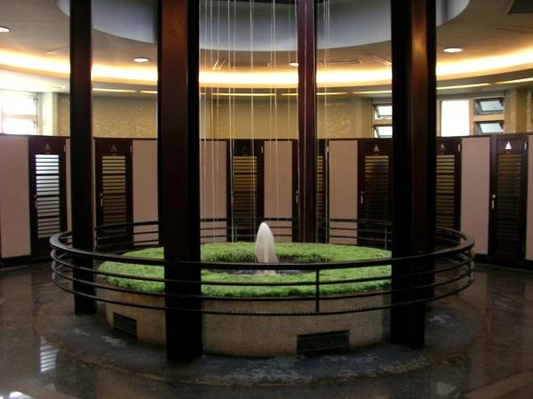 廁所裡的噴泉.JPG