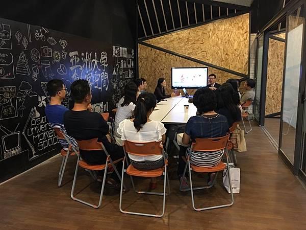 圖說:豐原高商資訊處理科主任許雅芳帶領一行15人參訪亞洲大學商品設計學系。.jpg