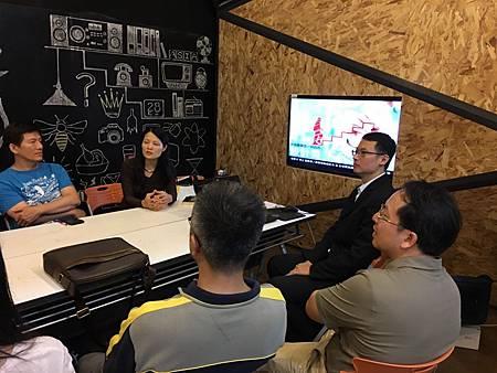 圖說:劉美均主任 (左二)、龍希文老師 (左四) 介紹商設系的3D掃描與列印的成果。.jpg