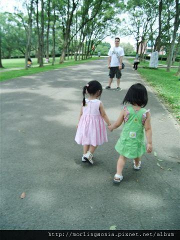 100620059 牽手散步去.jpg